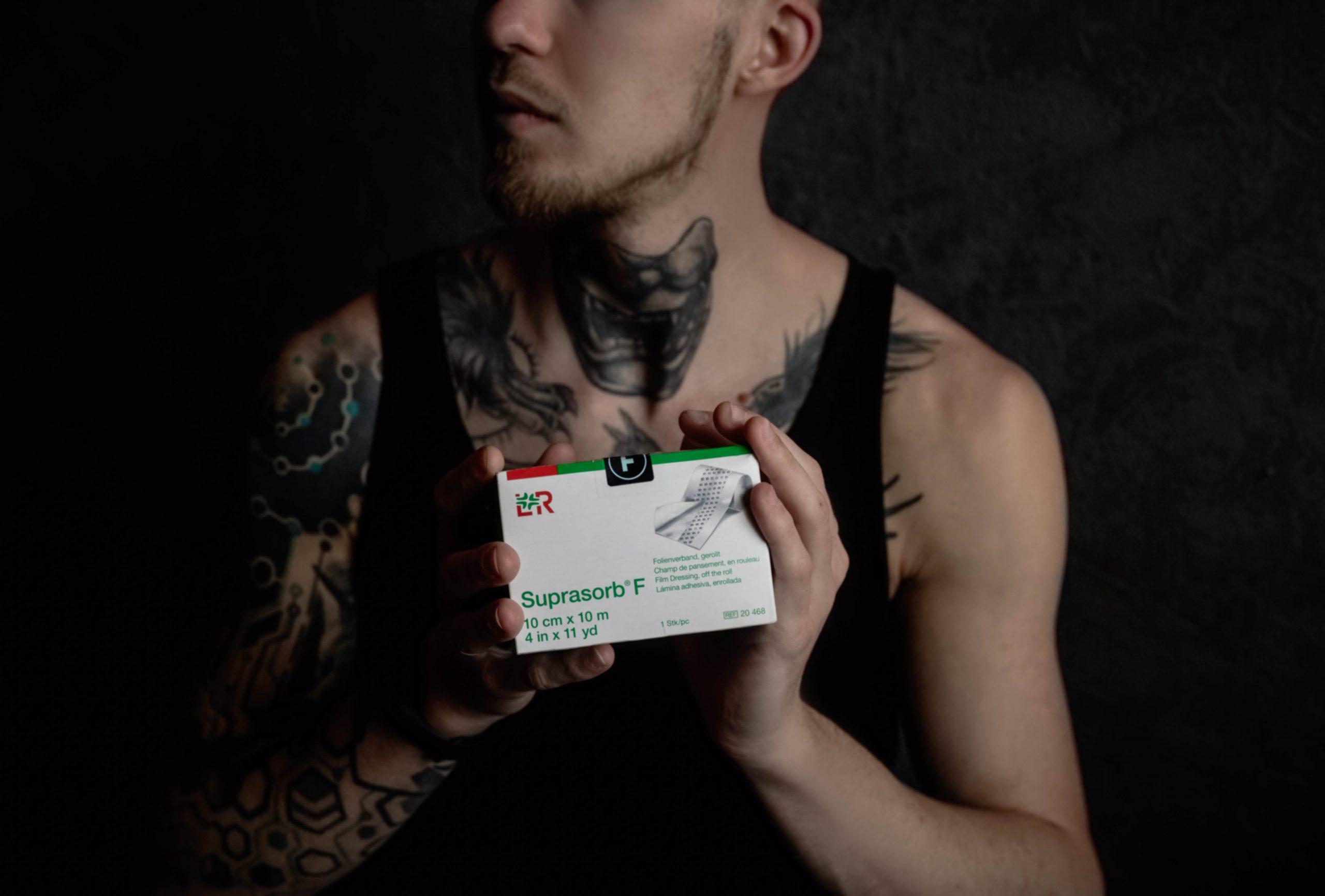Современный уход за свежей татуировкой